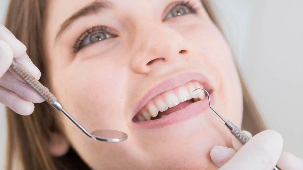 Fogínysorvadás vagy orvosi néven fogágybetegség mitől alakul ki és hogyan kezelhető