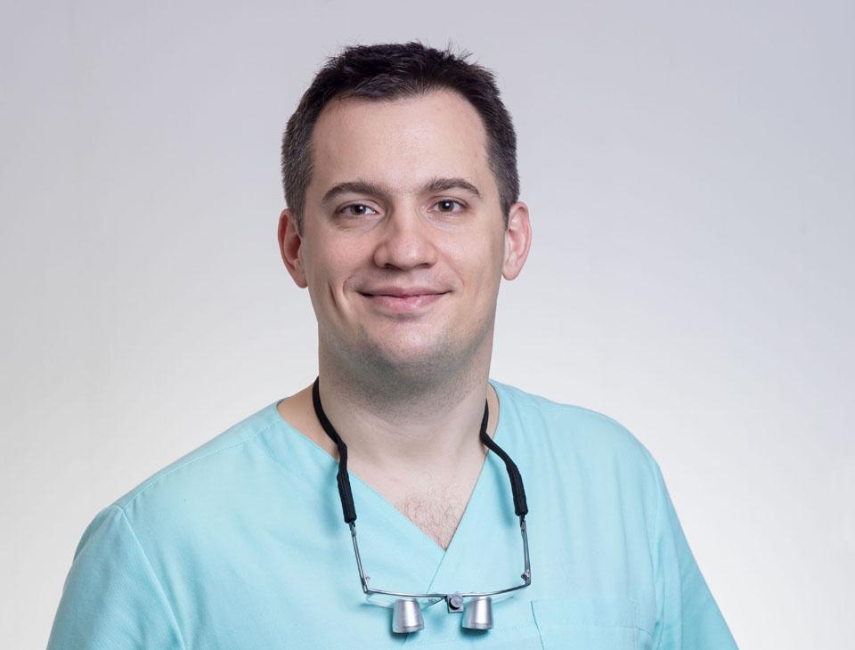 Dr. Molnár Bálint, az orális implantológia szakorvosa cím birtokosa.